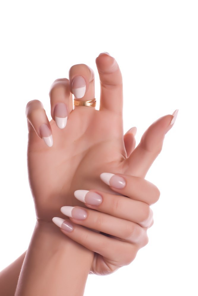 french-manicure-naegel-mandelform-weiss